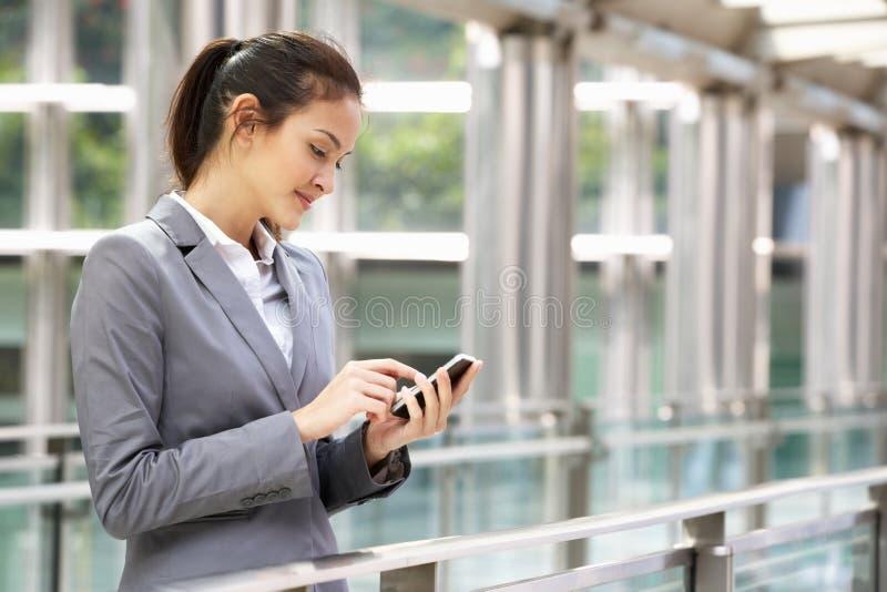 Na zewnątrz Biura latynoski Bizneswoman zdjęcia stock