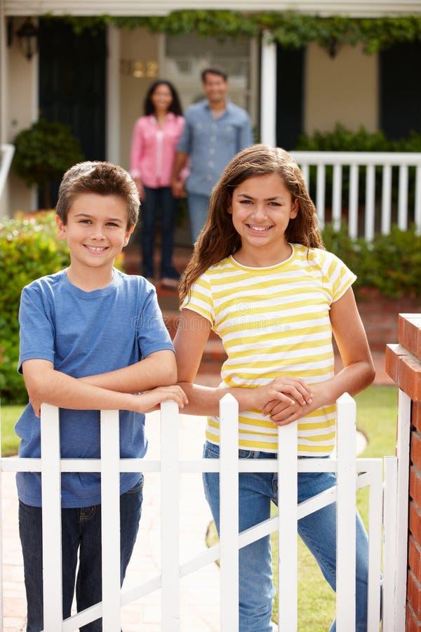 Na zewnątrz domu latynoska rodzinna pozycja obraz stock