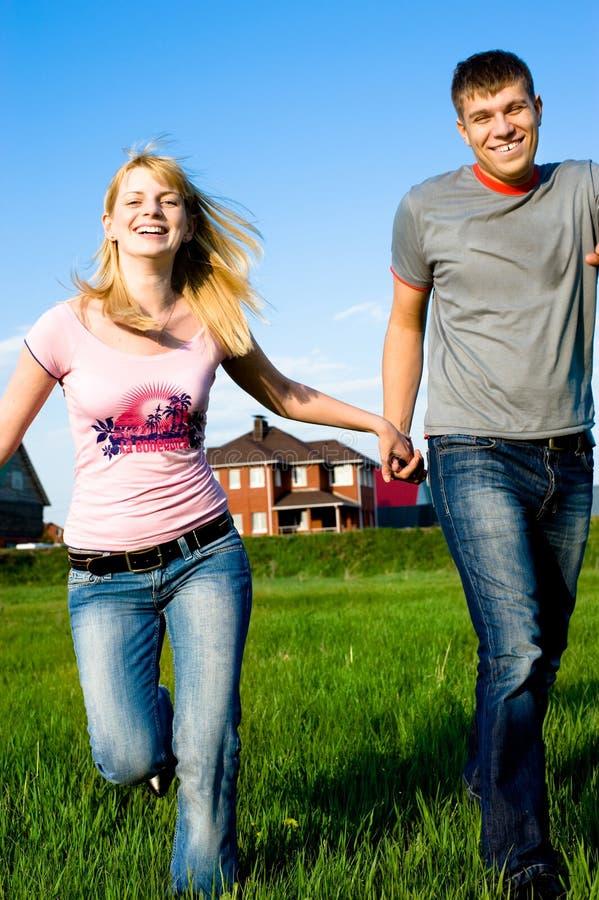 na zewnątrz ich szczęśliwy para dom zdjęcia stock