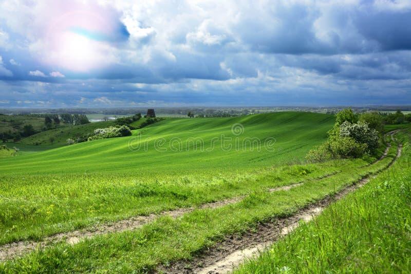 Na zewnątrz miasta stary wiatraczek na polu - wiejski krajobraz - fotografia royalty free