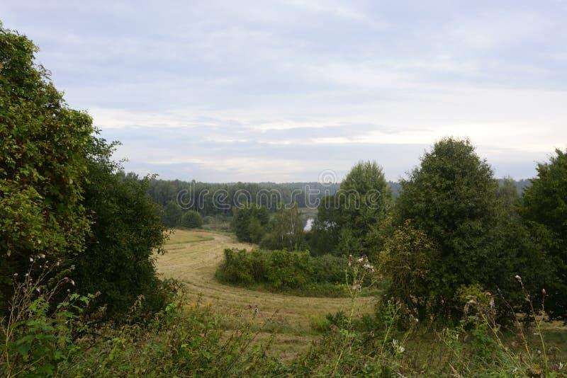 Na zewnątrz miasta - wiejski krajobraz zdjęcia stock