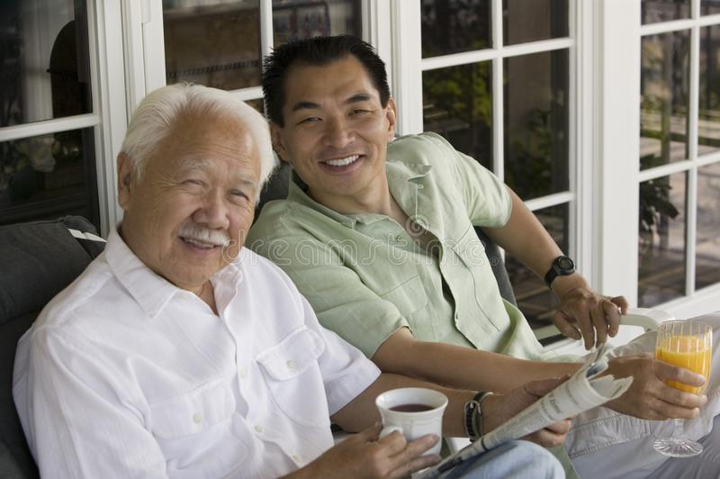 na zewnątrz siedzącego syna ojca dom obrazy stock