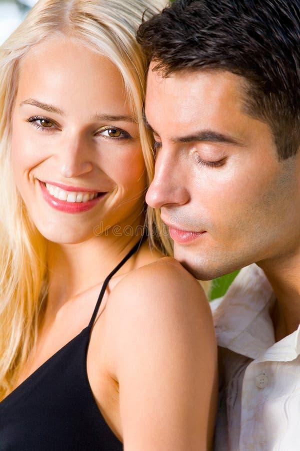 na zewnątrz szczęśliwe młode pary zdjęcie royalty free