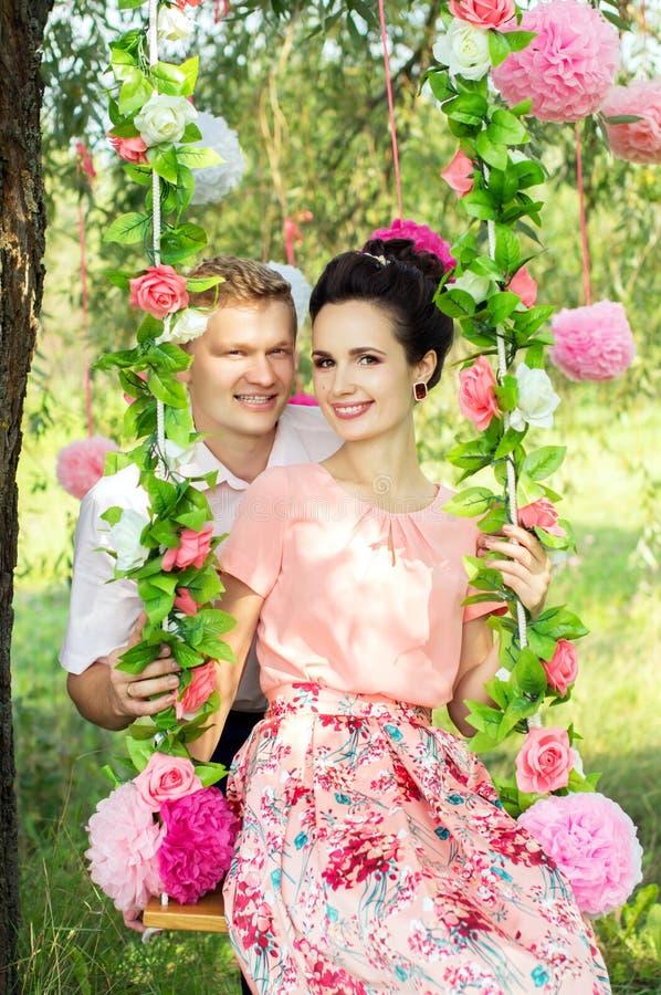 na zewnątrz szczęśliwe młode pary obrazy royalty free