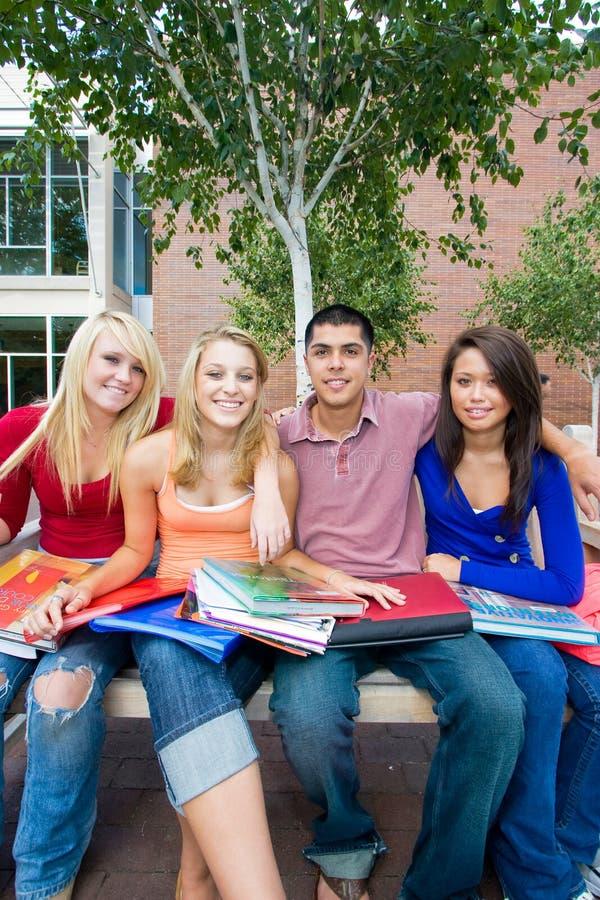 na zewnątrz szkolnych uczni zdjęcia stock
