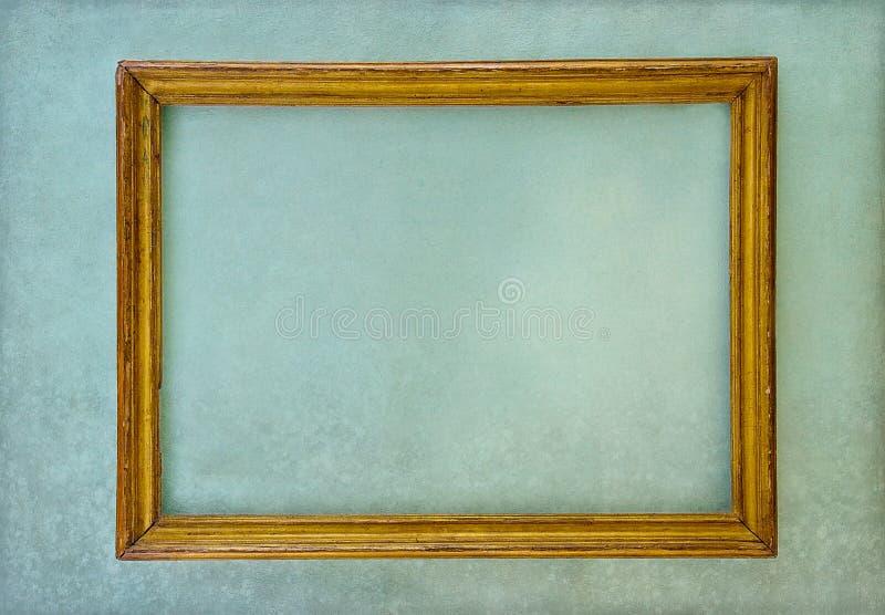 Na zielonej ścianie drewniany pusty ramowy obwieszenie obraz royalty free