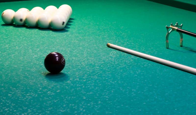 Na zielonym tle bilardowy stół, białe piłki wykładają z trójbokiem z wskazówką dla bawić się obrazy stock