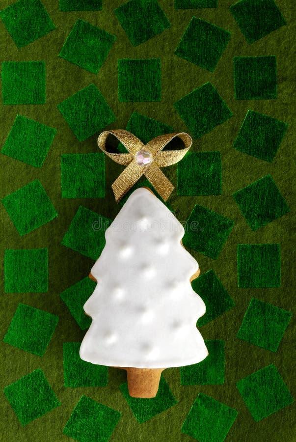 Na zielonym tle imbirowy Bożenarodzeniowy Jedlinowy drzewo obrazy royalty free