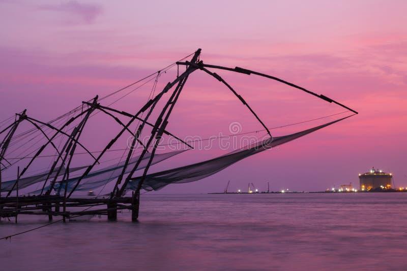 Na zmierzchu chińscy fishnets. Kochi, Kerala, India zdjęcie royalty free