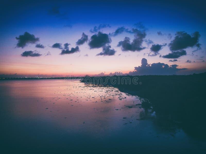 Na zonsonderganglandschap van serangan eiland in Bali Indonesië royalty-vrije stock fotografie