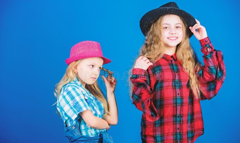 Na zuster in alles Koel cutie modieuze uitrusting Gelukkige kinderjaren Het concept van de jonge geitjesmanier Onze controle uit royalty-vrije stock afbeeldingen