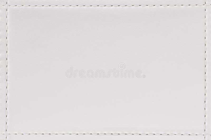 Naad en de witte achtergrond van de leertextuur Leeg die materiaal van dierlijke huid voor meubilair wordt gemaakt stock fotografie