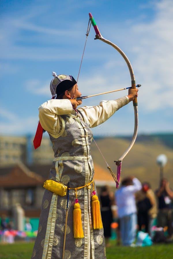 Naadam节日射箭瞄准弓的女性阿切尔 免版税库存图片