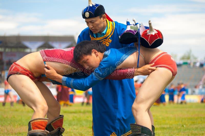 Naadam festivaldomare Checking Wrestling Boys royaltyfria bilder