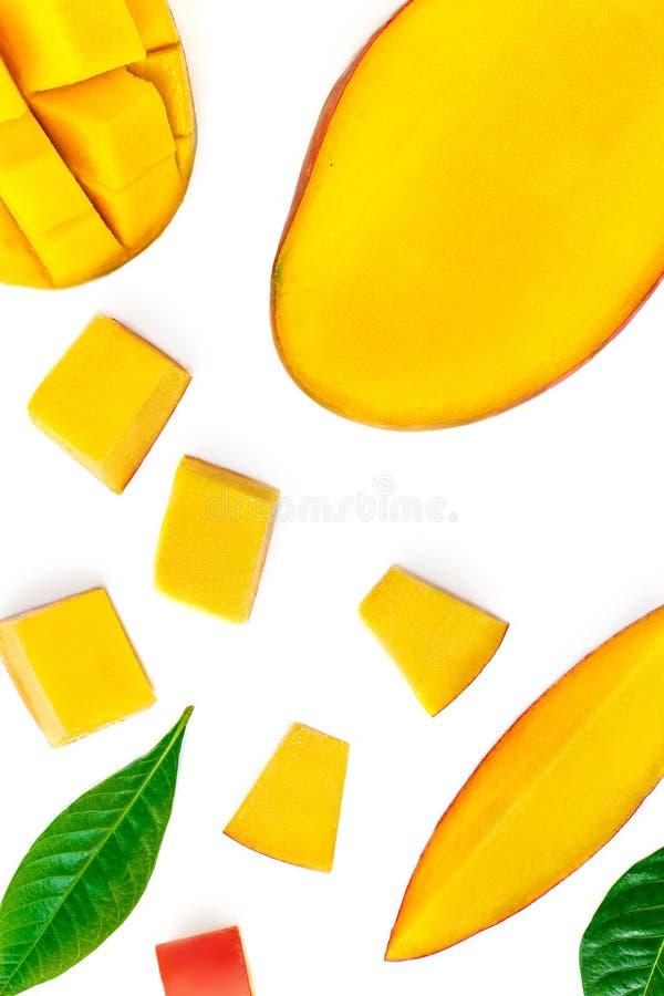 Naadloos patroon met mango-vruchten met stukken Tropisch Mango geïsoleerd op de witte achtergrond Bovenaanzicht Vlek stock afbeeldingen