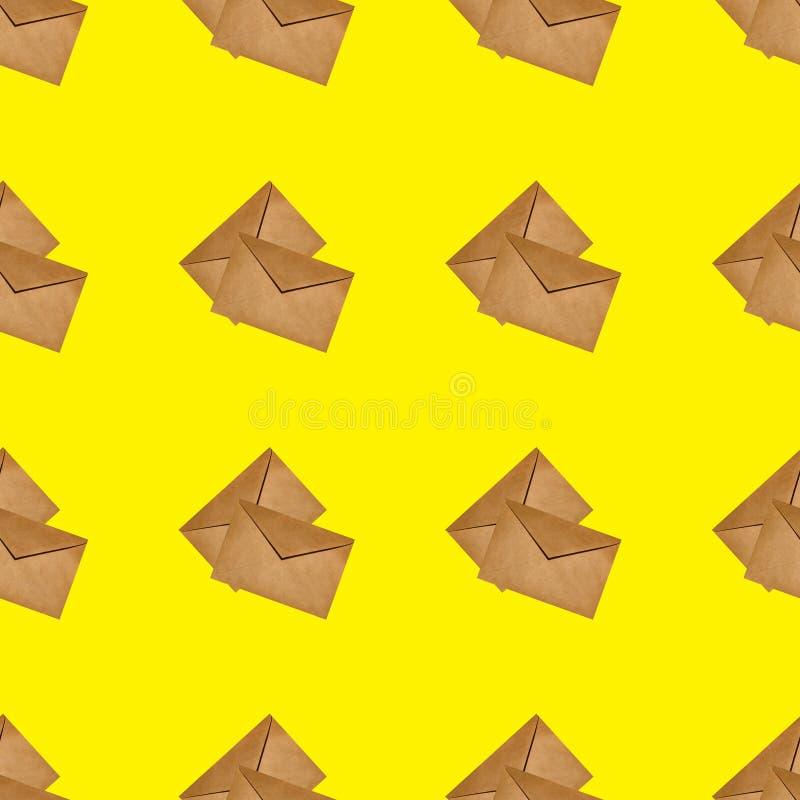 Naadloze textuur van verscheidene gesloten ambachtenveloppen op gele achtergrond royalty-vrije stock afbeelding