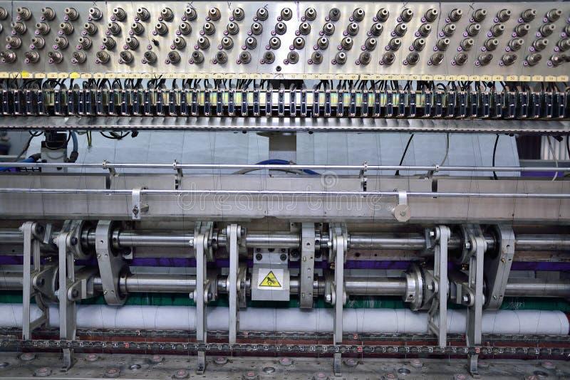Naaiend materiaal, weefgetouw bij een kledingstukfabriek royalty-vrije stock afbeeldingen