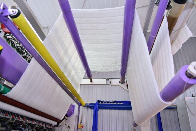 Naaiend materiaal, weefgetouw bij een kledingstukfabriek stock fotografie