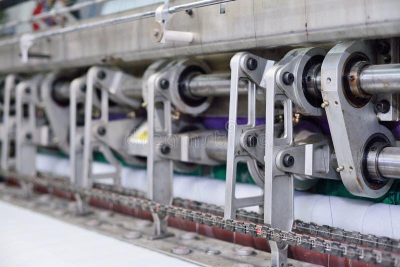 Naaiend materiaal, weefgetouw bij een kledingstukfabriek stock afbeelding
