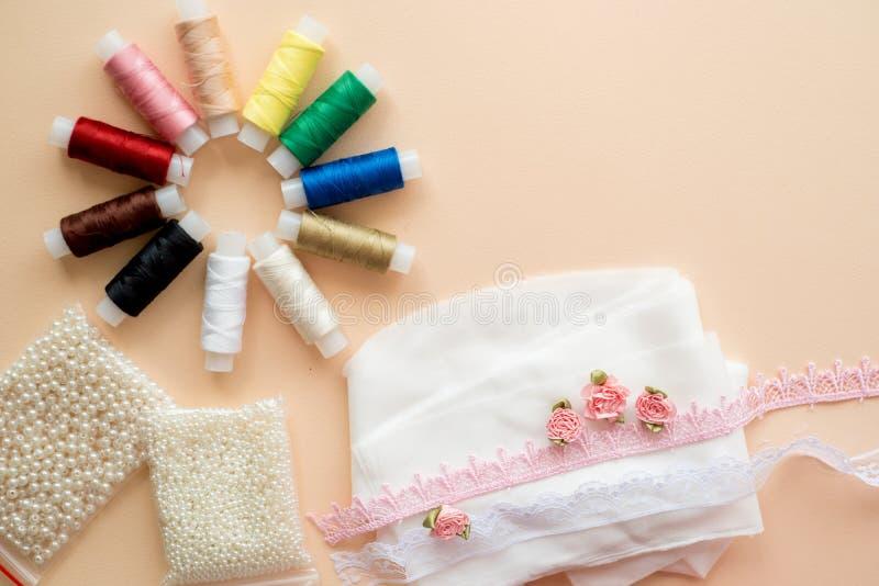 Naaiend uitrustingstoebehoren en materiaal om rode schaduwen te naaien Diverse naaiende toebehoren en hulpmiddelen voor handwerk: stock foto