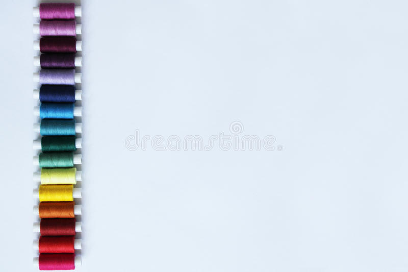 Naaiende gekleurde draden royalty-vrije stock fotografie