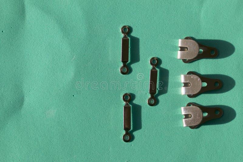 Naaiende haken die op een rij op een turkooise achtergrond worden opgemaakt In de stijl van vlakte lag royalty-vrije stock afbeelding