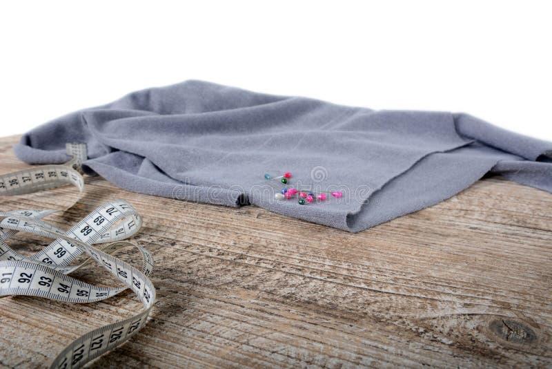 Naaiende hulpmiddelen en naaiende leveringstoebehoren die op houten lijst naaien stock foto's