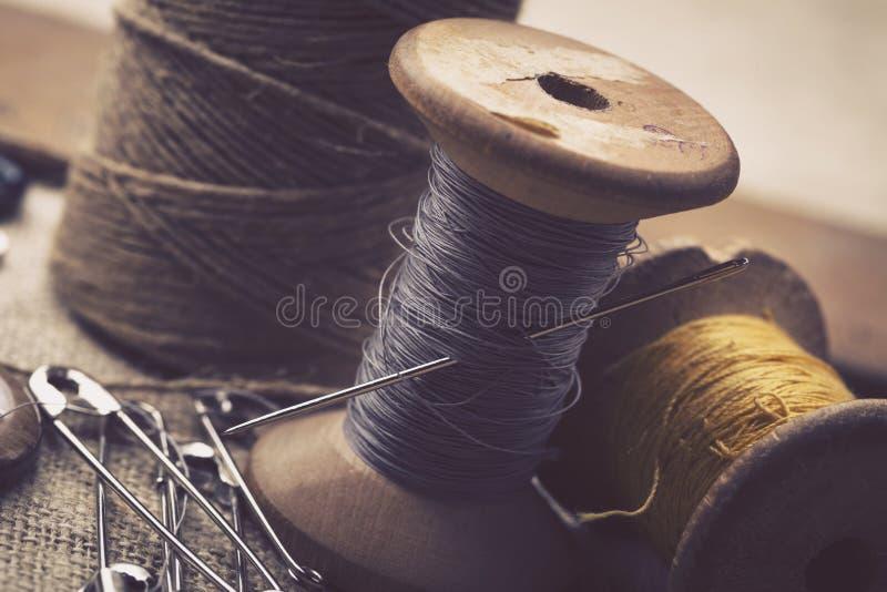 Naaiende instrumenten, draden, naalden, spoelen en materialen royalty-vrije stock foto