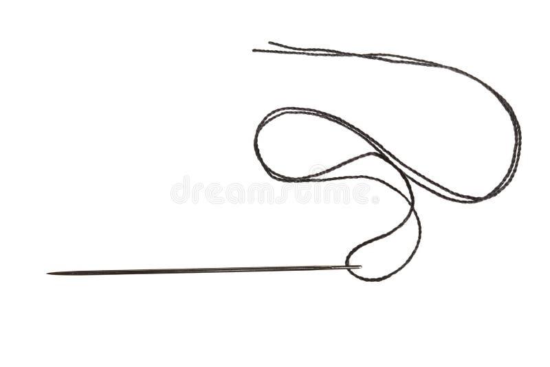 Naaiende naald met zwarte die draad, op witte achtergrond wordt geïsoleerd royalty-vrije stock afbeeldingen