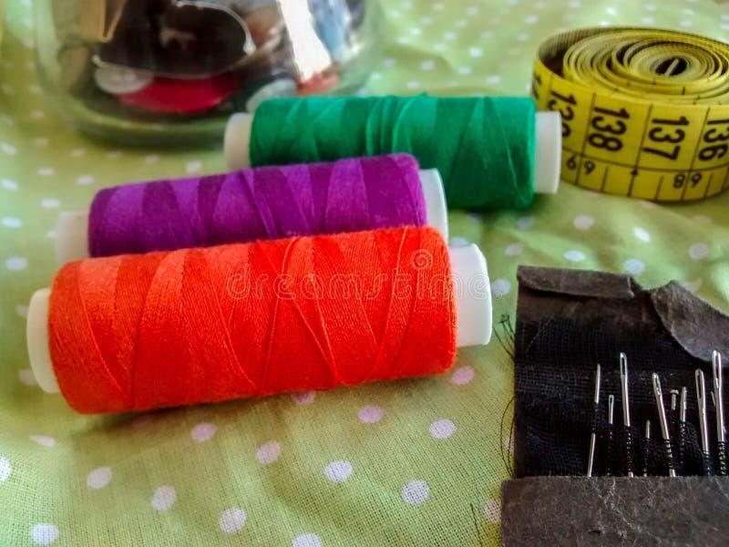 Naaiende punten - kleurrijke draad, knopen, die band, naalden meten stock afbeelding