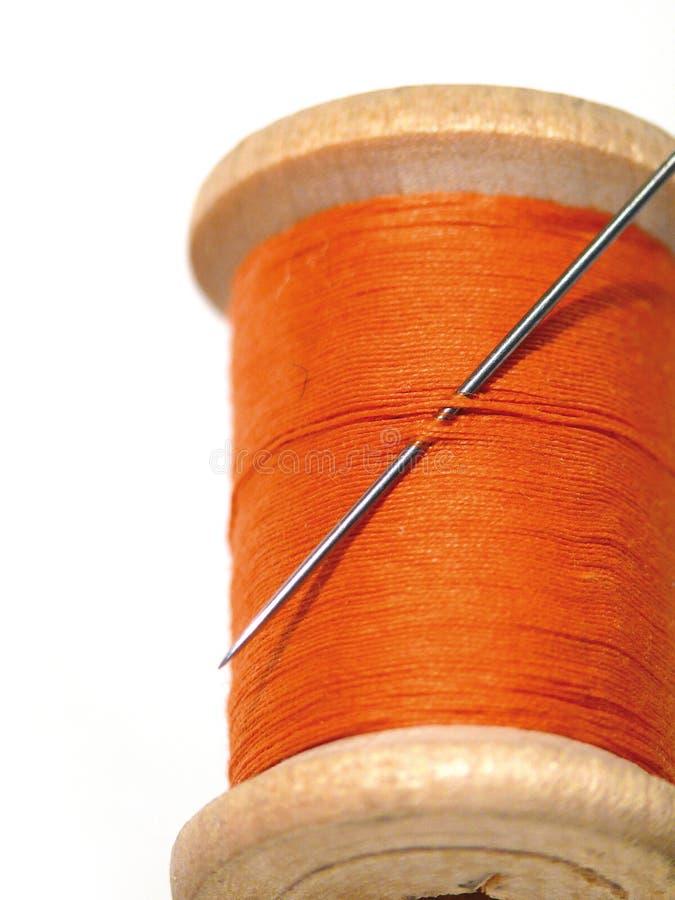 Naaiende spoel met een naald. Een naaiende naald. royalty-vrije stock foto's