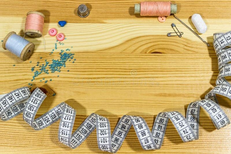 Naaiende toebehoren op een houten lijst Kleine onderneming Inkomenshobby royalty-vrije stock afbeeldingen
