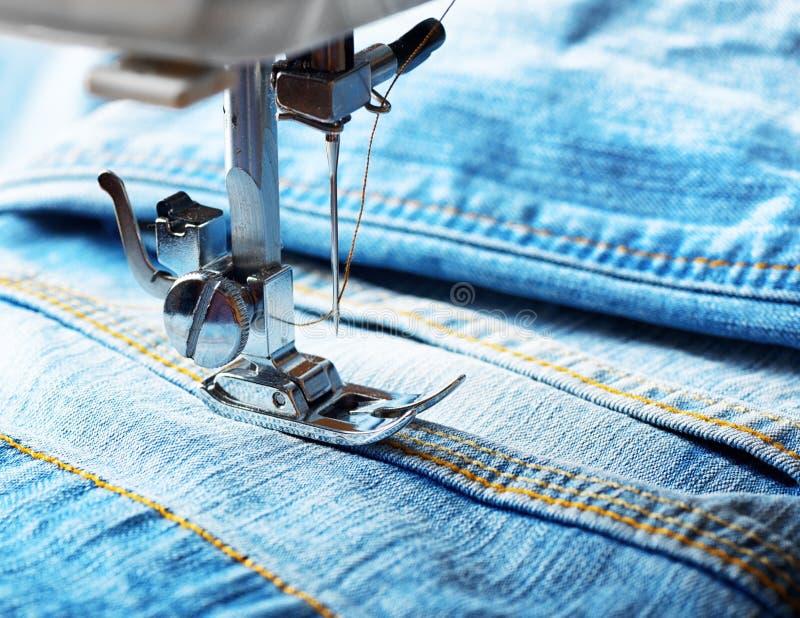 Naaimachine en jeansstof royalty-vrije stock afbeelding
