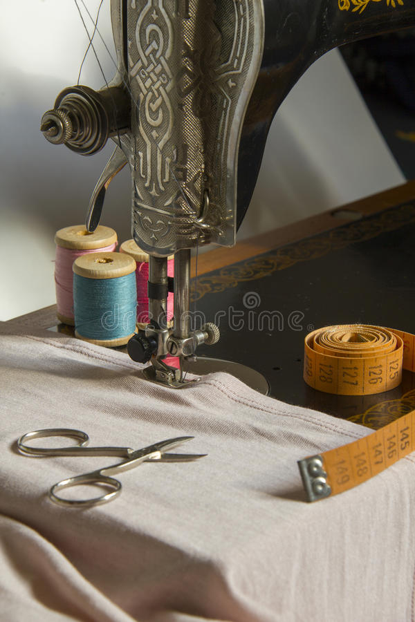 Naaimachine en punt van kledingsmateriaal royalty-vrije stock foto's