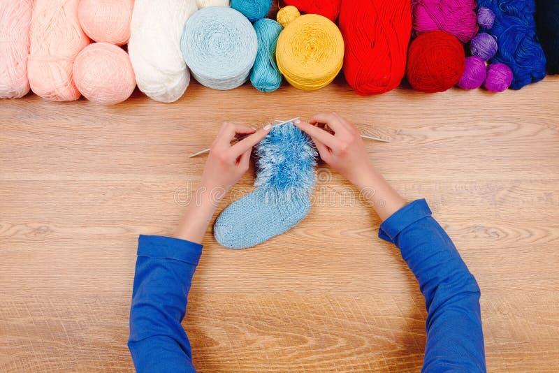 Naaisterwerkplaats Overhandigt het vrouwen vrouwelijke meisje breiende sokken royalty-vrije stock afbeeldingen