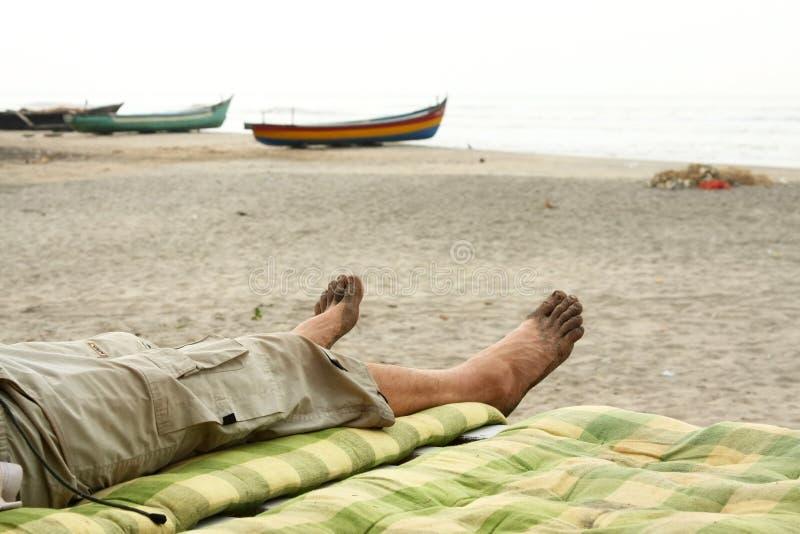 Naakt betaalt het ontspannen in strand stock afbeelding