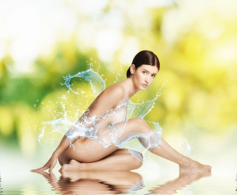 Naakt schoonheidsmeisje over het zoet water stock foto's