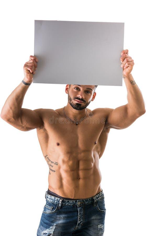 Naakte jonge mannelijke bodybuilder die lege raad houden royalty-vrije stock afbeelding