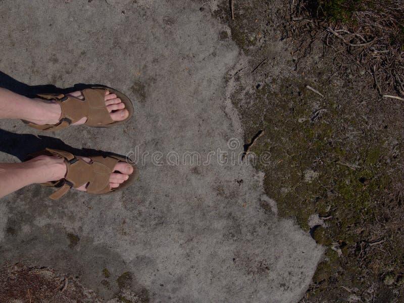 Naakte man benen die in bergen met aardige mening ontspannen stock foto