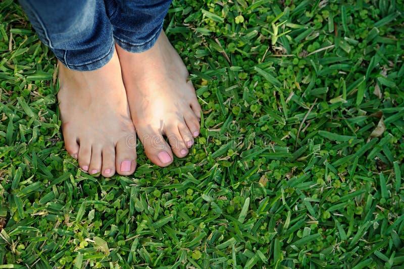 Naakte voet op groen gras royalty-vrije stock foto
