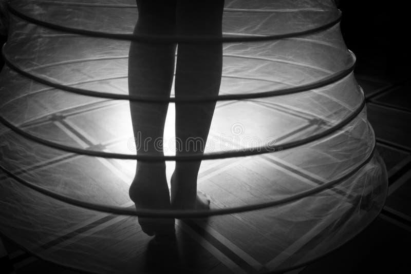 Naakte voeten van een vrouw in hoepelrok royalty-vrije stock foto's