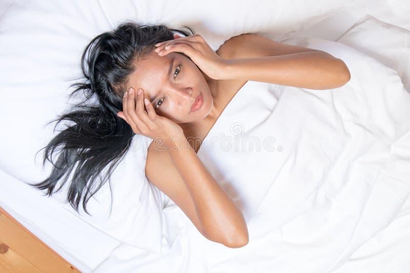 Naakte vrouw die onder een wit dekbed liggen stock afbeeldingen