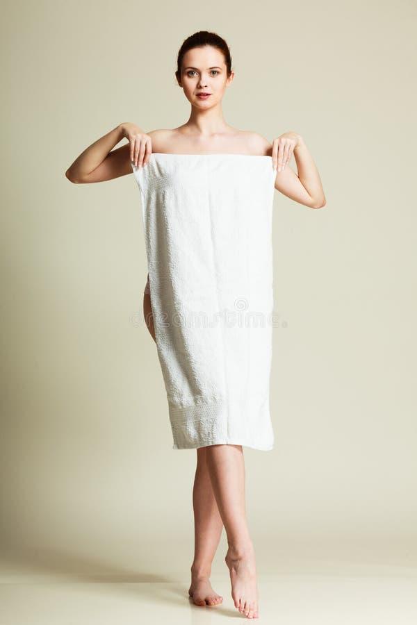 Naakte vrouw in handdoek na bad stock foto's