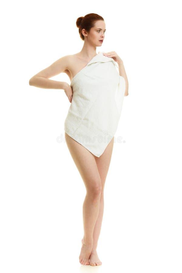 Naakte vrouw in handdoek na bad stock afbeeldingen