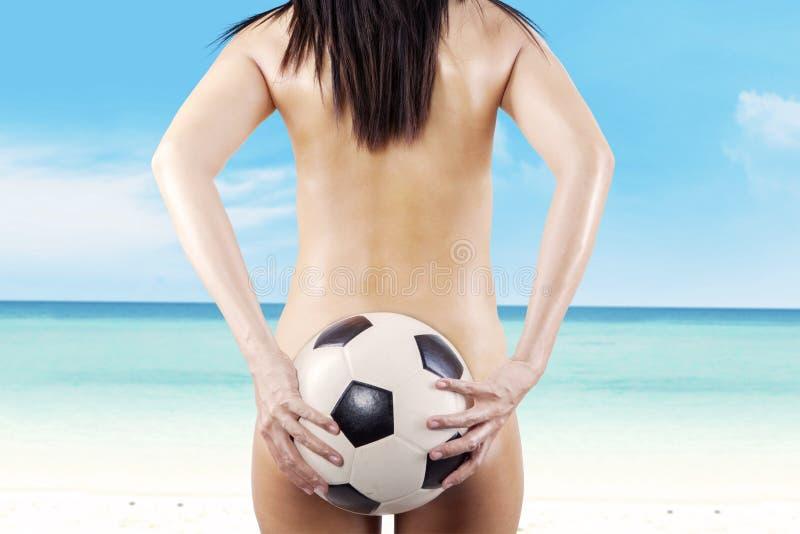 Download Naakte Vrouw Met Een Voetbalbal Bij Strand Stock Afbeelding - Afbeelding bestaande uit model, uiteinde: 39116041