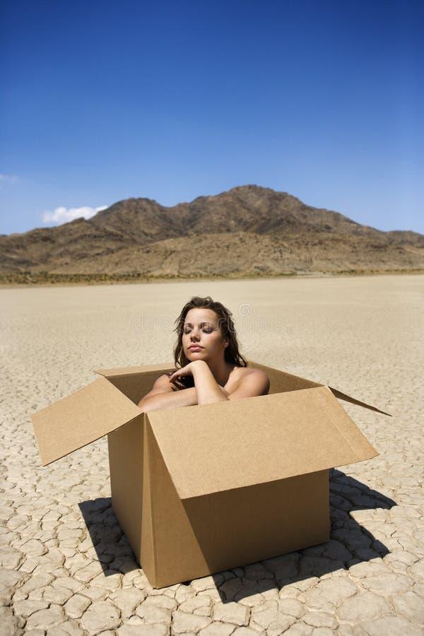 Naakte vrouw in woestijn. stock fotografie