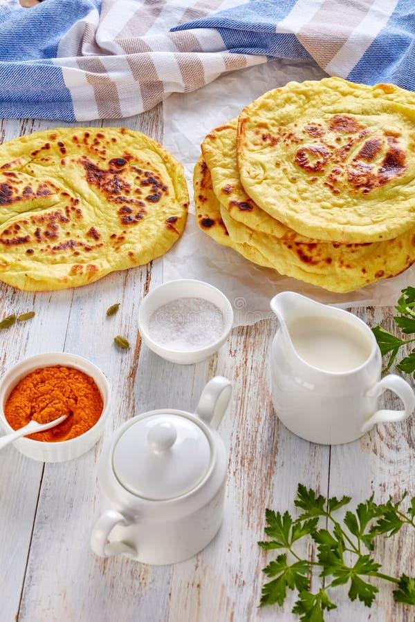 Naan - di recente flatbread indiano al forno caldo saporito immagini stock libere da diritti