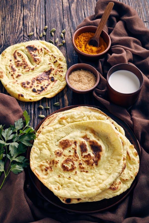 Naan, flatbread indiano, pão árabe em uma tabela imagem de stock