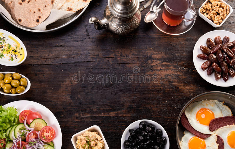Naanbrood en pide met olijvensalade en oosterse thee royalty-vrije stock afbeelding