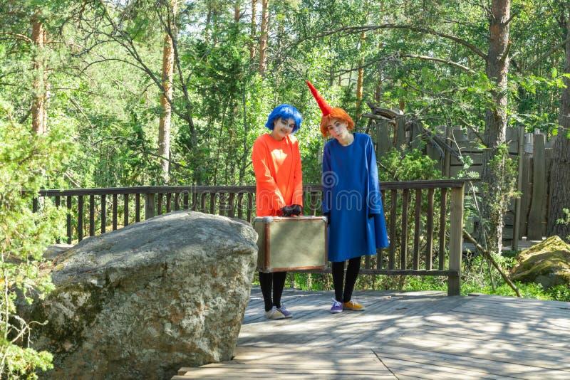 Naantali, Finland - 28 Juni, 2019: Thingumy en Loodje in park Moominworld bij zonnige de zomerdag royalty-vrije stock foto